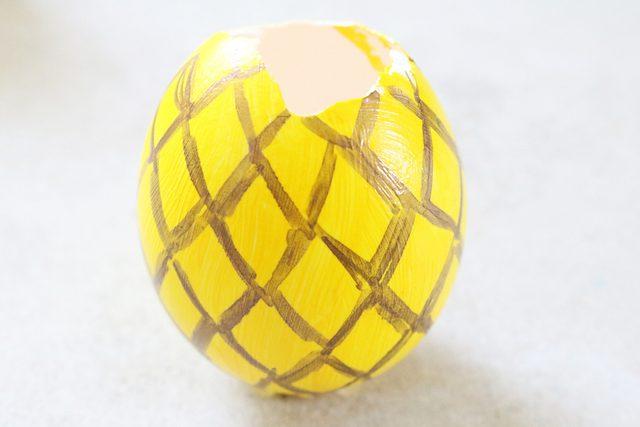 lanjutkan menggambar pola berlian di cangkang telur