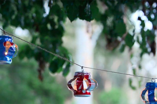 lentera gantung dari kaleng soda bekas yang telah digantung