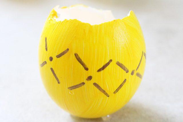 buat variasi pola berlian pada cangkang telur dengan titik di tengahnya