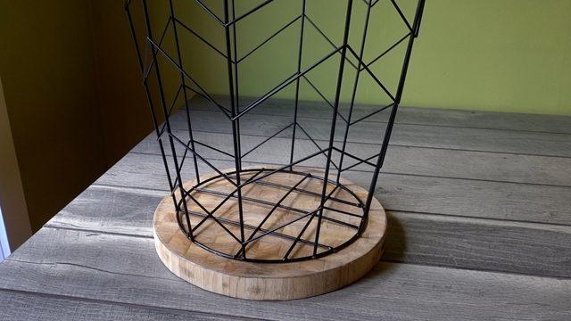 Posisikan keranjang kawat di atas tabletop atau papan atas untuk nakas