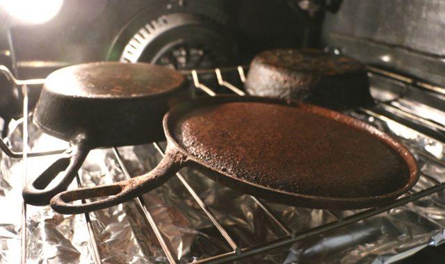 Sebarkan alumunium foil di rak oven bawah wajan besi