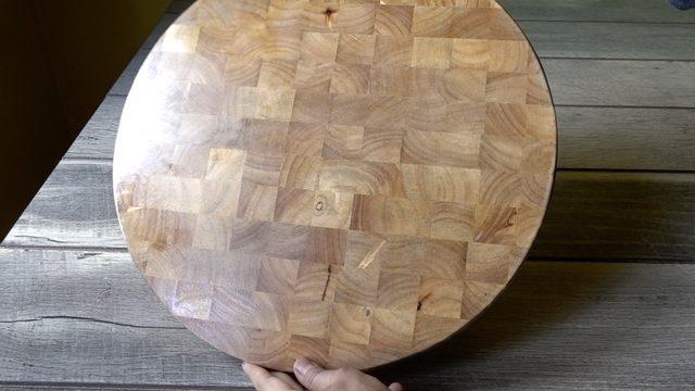 Papan kayu nakas yang telah dilapisi poliuretan