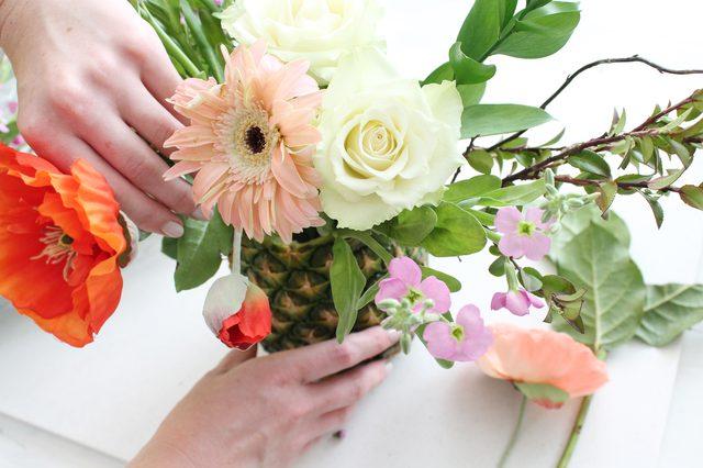 Rangkai Bunga Segar di Vas Bunga Nanas Anda