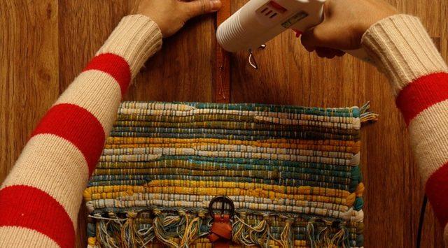 Selesaikan proses merekatkan tali sabuk Anda dengan menempelkan tali atas sabuk ke bagian atas tas