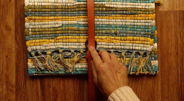 Tandai lubang pengait untuk tali sabuk pada tas tangan Anda