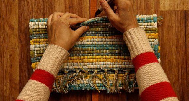 Tandai posisi penempatan sabuk pada tas dengan spidol
