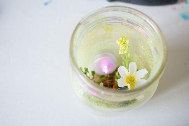Masukkan lilin LED ke dalam jar