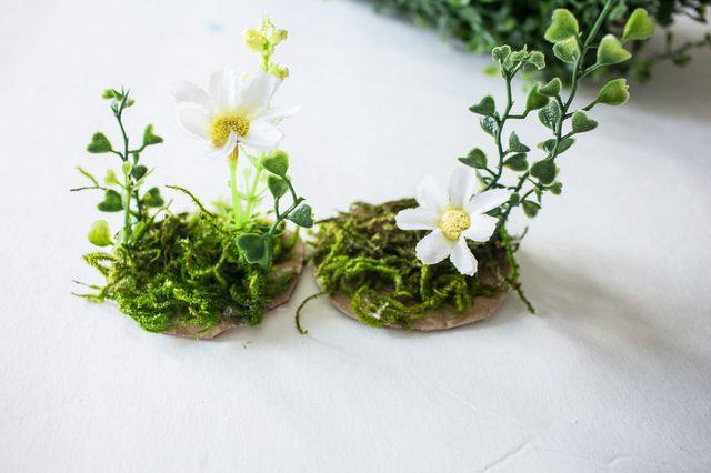 Tempel lumut dan tanaman serta bunga plastik ke kardus