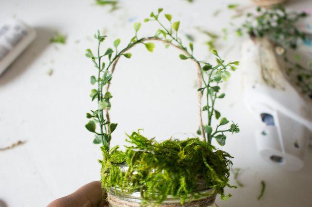 Tempelkan tanaman plastik merambat ke tali rami