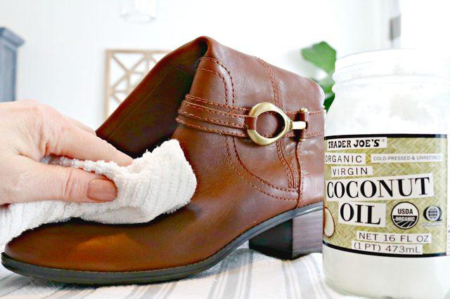 Lembabkan sepatu bot atau sepatu kulit dengan minyak kelapa.