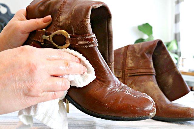 Bersihkan sepatu kulit dengan campuran air sabun