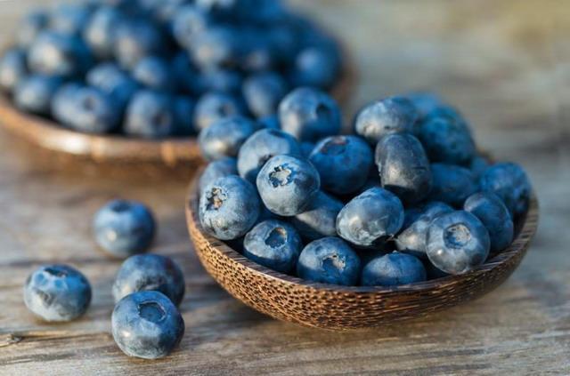 Blueberry memiliki kandungan antioksidan tinggi dan vitamin C untuk mencegah penuaan pada kulit.