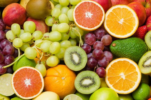 Buah-buahan mengandung berbagai macam nutrisi dan vitamin penting untuk rambut.