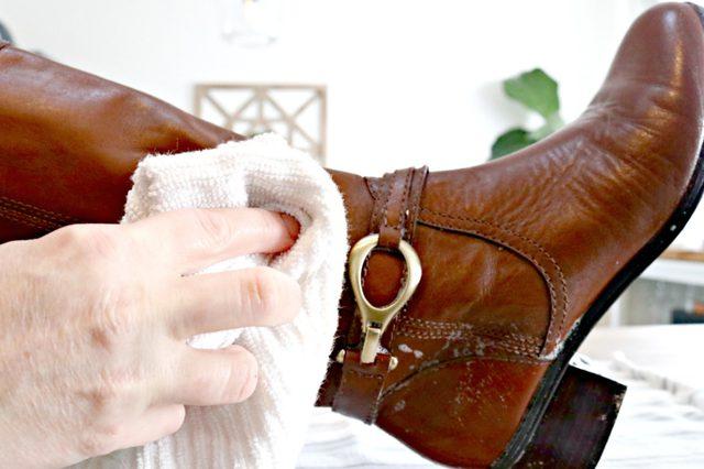 Keringkan campuran air sabun pada sepatu dengan lap bersih