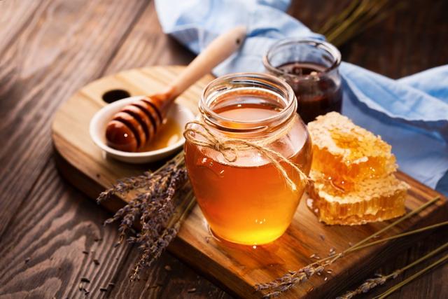 Madu mengandung antioksidan sehingga penggunaan madu di kulit kepala dapat dapat merangsang pertumbuhan rambut dan mencegah dari kerontokan.