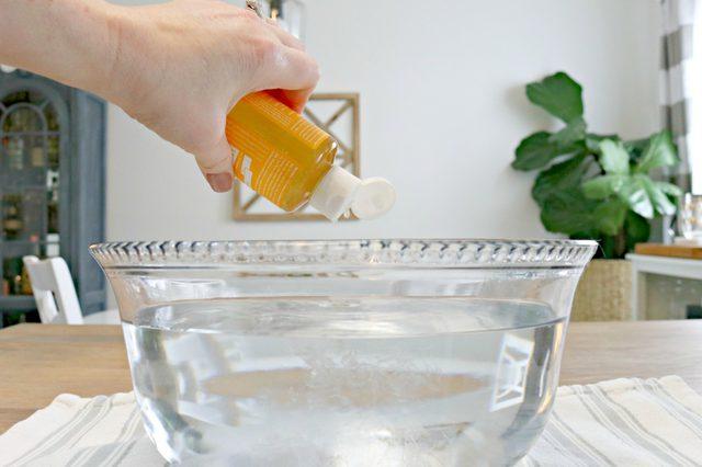 Tambahkan sabun castile (castile soap) ke dalam semangkuk air hangat.