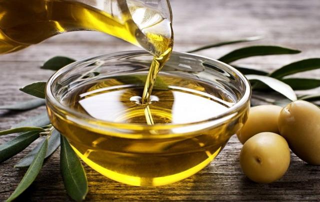 Minyak zaitun memasok asam lemak tak jenuh yang sehat untuk mendukung keseimbangan lipid kulit Anda, dan juga dilengkapi dengan antioksidan untuk membantu melindungi kulit dari kerusakan lingkungan dan sinar matahari.