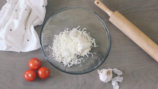 panaskan cream cheese dan mozzarella dalam microwave