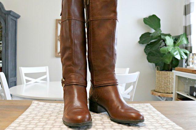Simpan sepatu bot lurus atau berbaring rata pada sisinya agar bentuknya tetap terjaga.