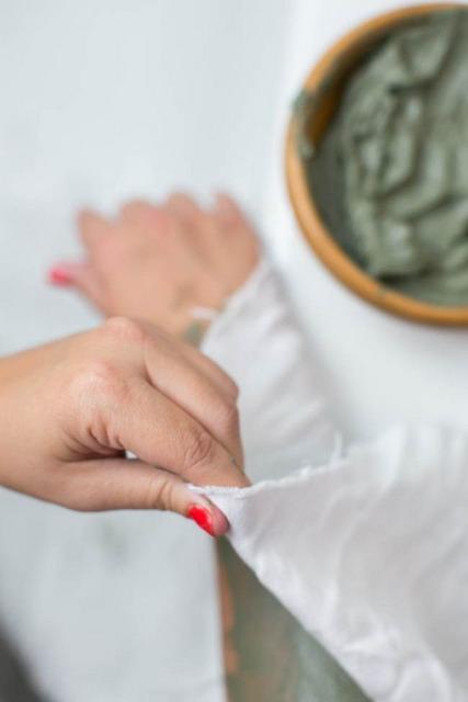bungkus tubuh dengan selembar kain atau handuk