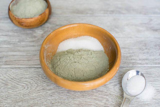 campurkan tanah liat dengan 2 sendok garam laut