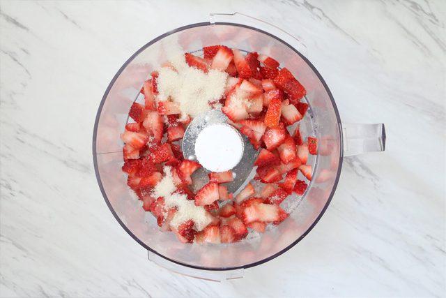 Campur strawberry dan gula dalam food processor