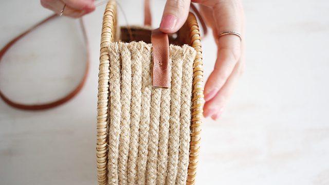 Jahit tali ke tas agar tali menempel dengan kuat