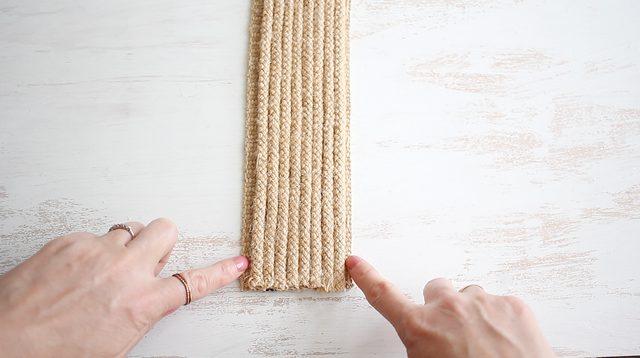 sisakan 1/4 inci bagian kosong pada masing-masing tepi anyaman rami.