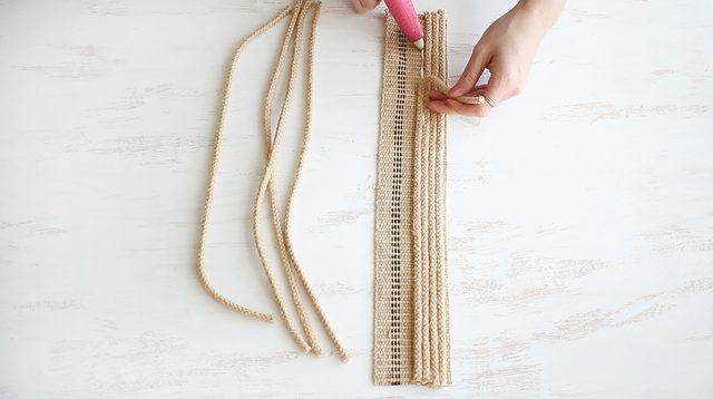 potong tali rami kemudian tempelkan pada anyaman