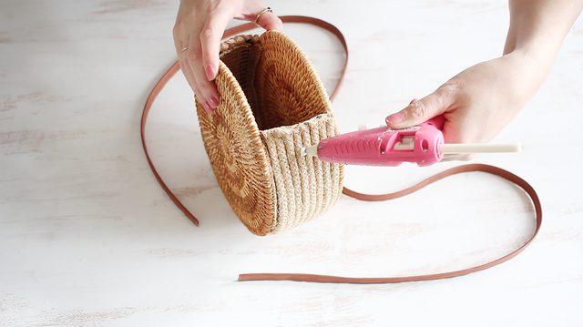 Rekatkan ujung tali pada setiap sisi tas