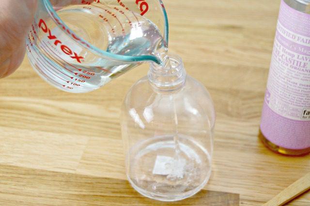 tambahkan 1 cangkir air distilasi (air suling) ke dalam botol semprot