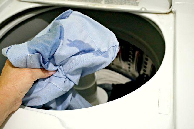 Cuci pakaian sesuai dengan petunjuk pada label baju