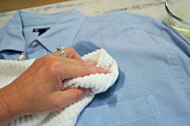 tekan-tekan dan usap noda menggunakan kain lap kering
