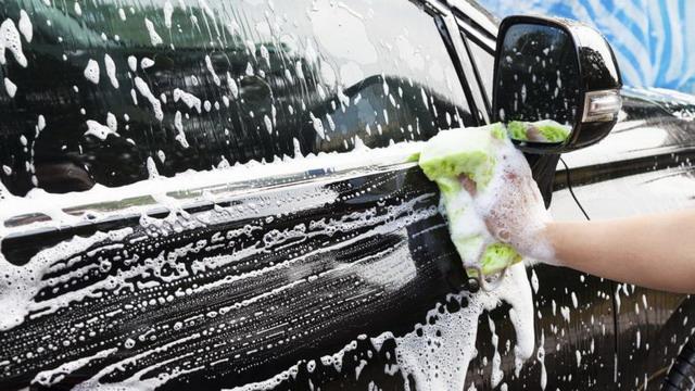 membersihkan mobil dengan sabun cuci piring