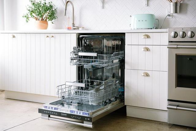 mencuci piring dengan mesin pencuci piring