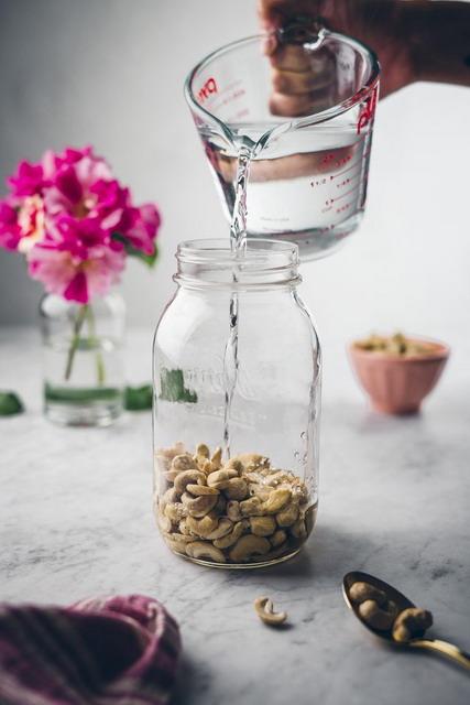 Rendam kacang mete dalam wadah tertutup atau toples minimal 5 jam