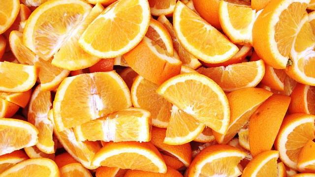 Jeruk kaya akan vitamin C sehingga membantu menyamarkan noda hitam bekas jerawat dan flek hitam di wajah