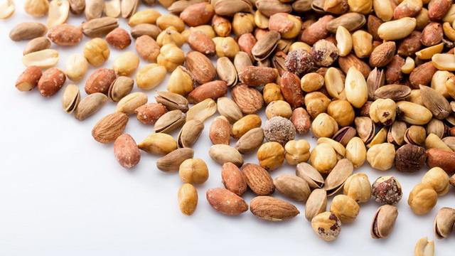 Kacang-kacangan seperti almond, kacang mete, pistachio, dan walnut mengandung beragam vitamin, mineral, dan antioksidan yang bermanfaat untuk kesehatan kulit