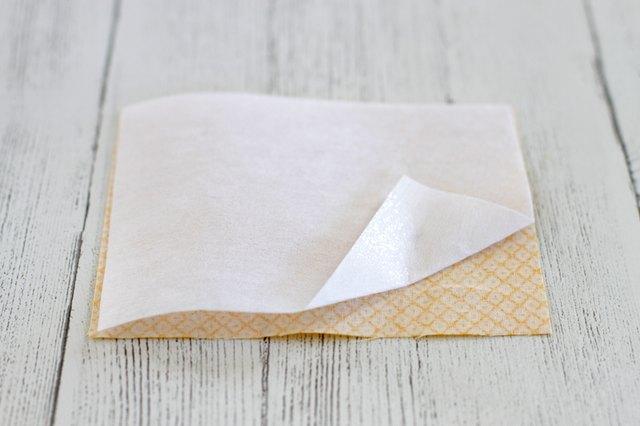 Satukan fusible interfacing pada potongan kain berukuran 4½ x 5½ inci