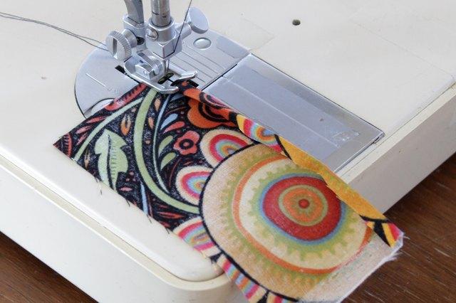 Top stitch atau lakukan jahitan atas pada keliman di kedua bagian saku