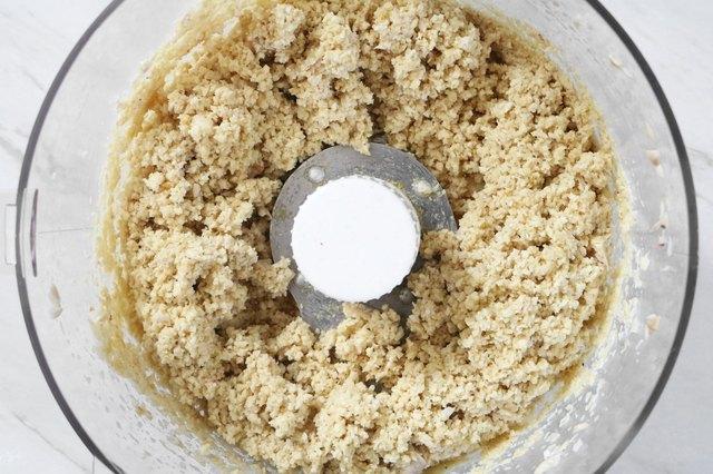 masukan kacang mete dan bahan lain dalam food processor atau blender