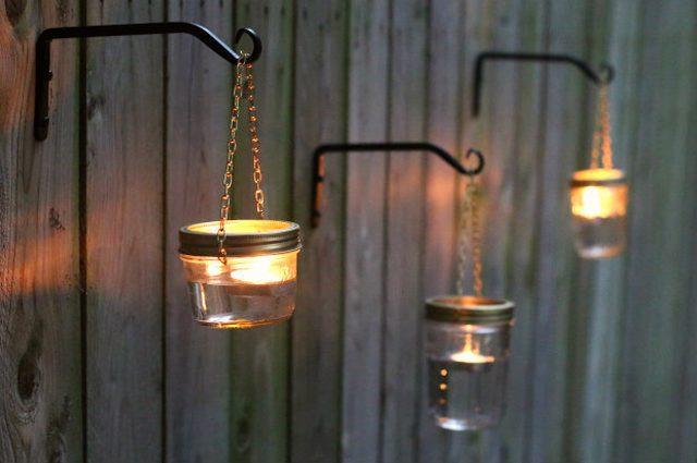gantung lampu hias menggunakan kaitan pada pagar kayu