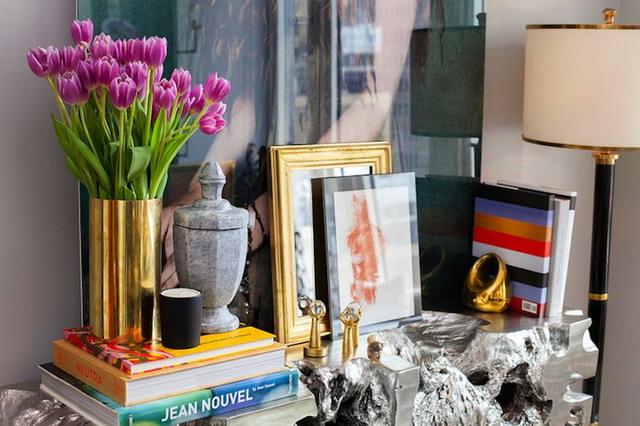 vas bunga berwarna gold membuat ruang tamu terlihat mewah
