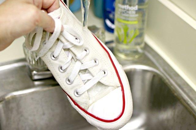 bilas sepatu sampai bersih