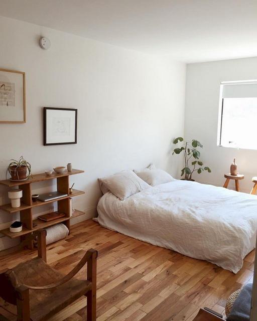 amar minimalis dengan aksen kayu pada area lantai, rak dinding dan side table