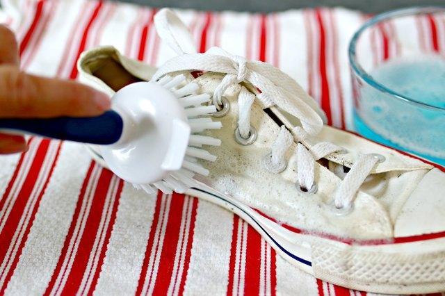 gosok larutan pembersih pada sepatu