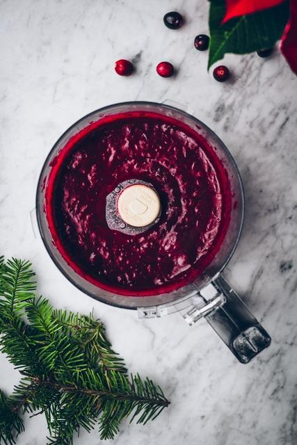 haluskan saus cranberry menggunakan food processor atau blender lalu dinginkan