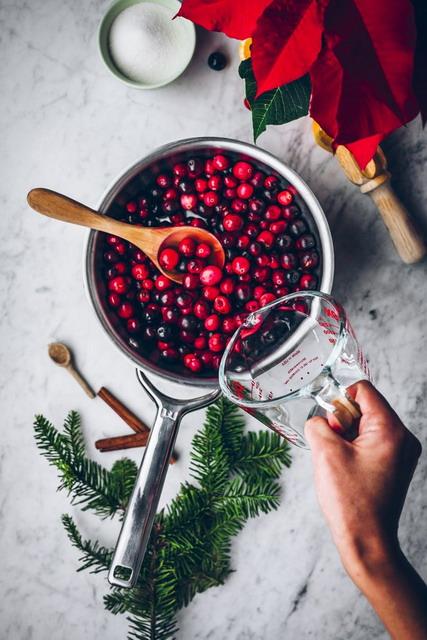 masak cranberry dalam panci dengan api sedang