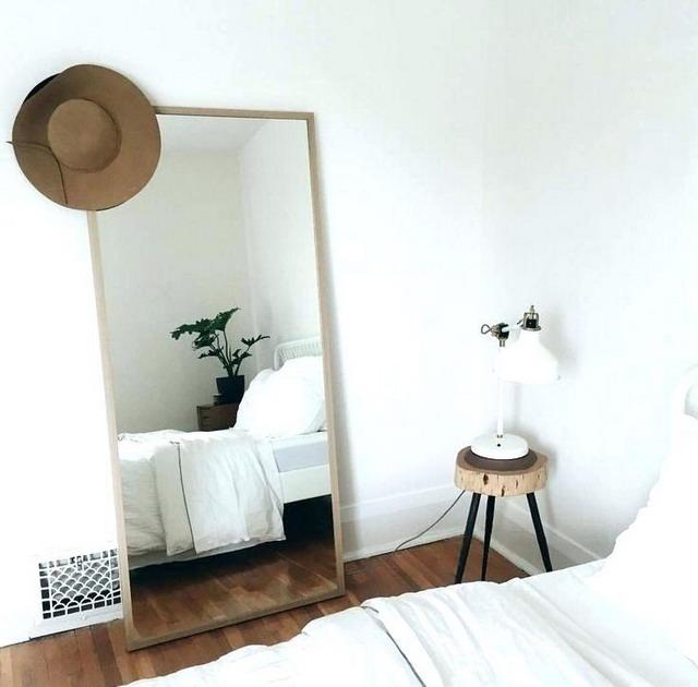 penambahan cermin besar di samping ranjang memberikan ilusi bayangan kamar jadi lebih luas