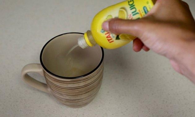 tambahkan beberapa tetes air lemon ke dalam cangkir